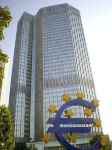 <small>Quelle: http://commons.wikimedia.org/wiki/File:EZB-Eurotower-Frankfurt_2009_dirschne-ds-foto.jpg</small>
