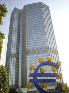 EZB wird zur Bürger- und Direktbank <small>Quelle: http://commons.wikimedia.org/wiki/File:EZB-Eurotower-Frankfurt_2009_dirschne-ds-foto.jpg</small>