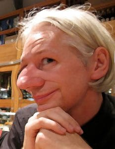 WikiLeaks und die geplatzte Verhüllung Assange mit dem falschen Riecher…<br><small>Quelle Ursprungsbild: http://wikimedia.org/wikipedia/commons/wiki/File:Julian_Assange_in_Barcelona,_Spain_-_20100815.jpg</small>