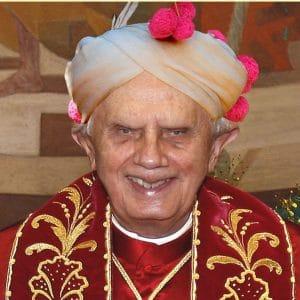 """Benediktollah XVI und die """"Indignados"""" Benediktollah XVI teilt seine Freuden mit Mammon …"""