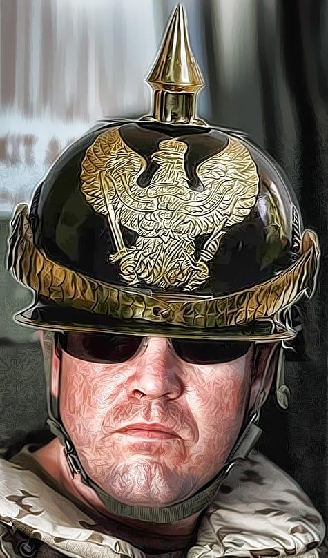 Kriegsminister und Kriegstreiber Guttenberg mit Pickelhaube in Kampfmontur