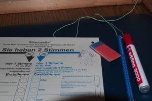 Buntstift und Radiergummi für die Wahlkabine