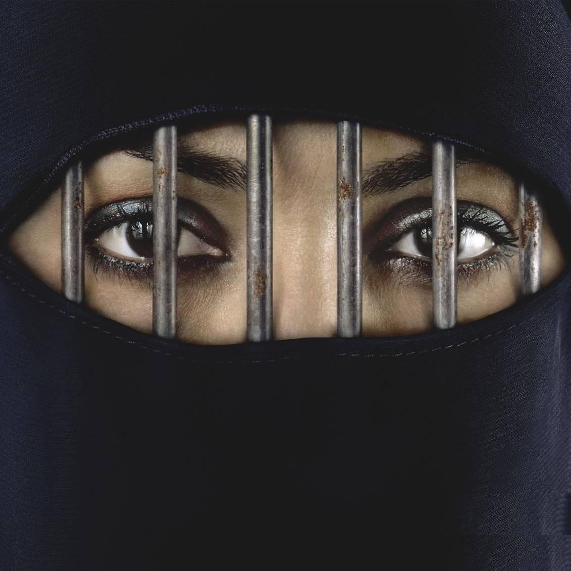 Frau am Steuer Saudi Arabien verboten Fahrverbot fuer Frauen burka schleier gefaengnis