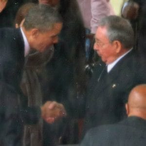Peinlich berührt, Obama schüttelt Castro versehentlich die Hand Barack Obama Raoul Castro Beisetzung Nelson Mandela Trauerfeier Suedafrika Handschlag Peinlichkeit in wasserfarbe qpress