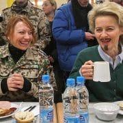 von der leyen mit Bart Verordnung Haar- und Barterlass der Bundeswehr ist rechtmaessig Frauen duerfen auch Bart tragen