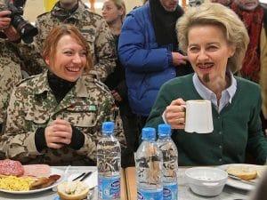 Soldatinnen bei der Bundeswehr dürfen auch einen Bart tragen von der leyen mit Bart Verordnung Haar- und Barterlass der Bundeswehr ist rechtmaessig Frauen duerfen auch Bart tragen