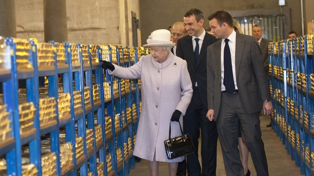 Gold nach London Queen Elisabeth begruesst 1000 Tonnen deutsches Gold in London Inspektion der Bank of England