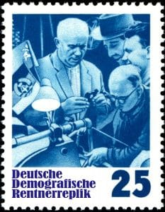 NATO-Friedenspreis geht posthum an Nikita Chruschtschow DDR Deutsche Demografische Rentnerreplik mit Nikita Sergejewitsch Chruschtschow und Werktaetigen nostalgie Kommunismus Held der Arbeit Fortschritt Sozialismus