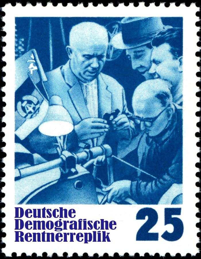 DDR Deutsche Demografische Rentnerreplik mit Nikita Sergejewitsch Chruschtschow und Werktaetigen nostalgie Kommunismus Held der Arbeit Fortschritt Sozialismus