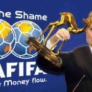Blatter bleibt und bekommt Bambi für Stehvermögen