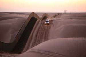 USA wünschen Straffreiheit für Fluchthelfer in Europa Grenze zwischen USA und Mexiko Idyll Zaun in der Wueste Festung Wall Abschottung Willkommenskultur