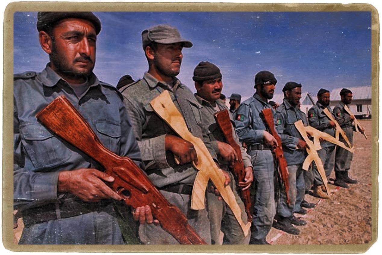 Spezialeinheit mit holzgewehren afghanistan truppen ausbildung bewaffnung spielzeug