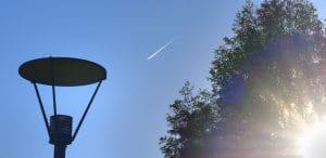 P8258634 fliegr streifen contrail blauer himmel Streifen-Kerosin