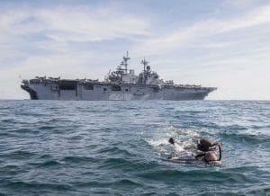 US Kriegsschiffe zum Schutz von Flüchtlingsbooten ins Mittelmeer verlegt uss_wasp_kreigsschiff_landungsboot_schwimmlehrer_wartet_auf_kundschaft_im_mittelmeer_schutz_von_fluechtlingsbooten_sicheres_geleit_nach_europa